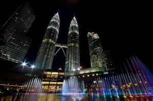 1-twin-towers-petronas-kuala-lumpur-malaysia-at-night-dray-van-beeck