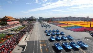 新华社照片,北京,2009年10月1日     首都各界庆祝中华人民共和国成立60周年大会在北京举行     10月1日,首都各界庆祝中华人民共和国成立60周年大会在北京举行。这是装备方队接受检阅。     新华社记者 谢环驰 摄